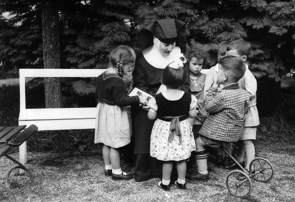 Schwester Hummel auf der Bank mit den Kindern